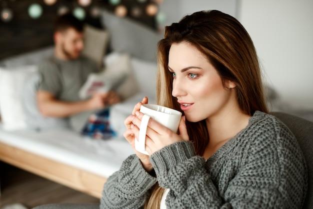 Frau mit kaffee beginnt ihren tag