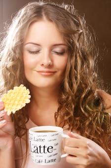 Frau mit kaffee und keksen, studioaufnahme