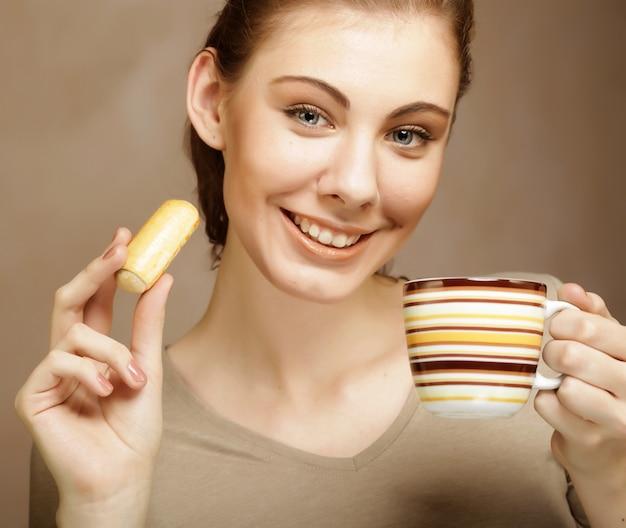 Frau mit kaffee und keksen