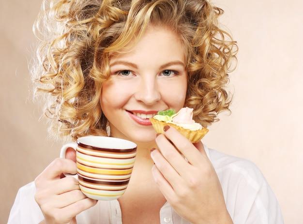 Frau mit kaffee und nachtisch