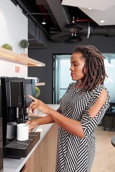 Frau mit kaffeemaschine