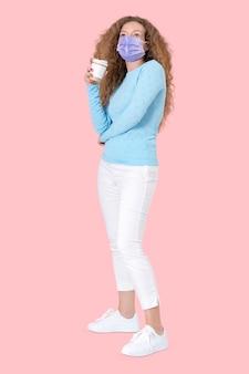 Frau mit kaffeetasse während der neuen normalität