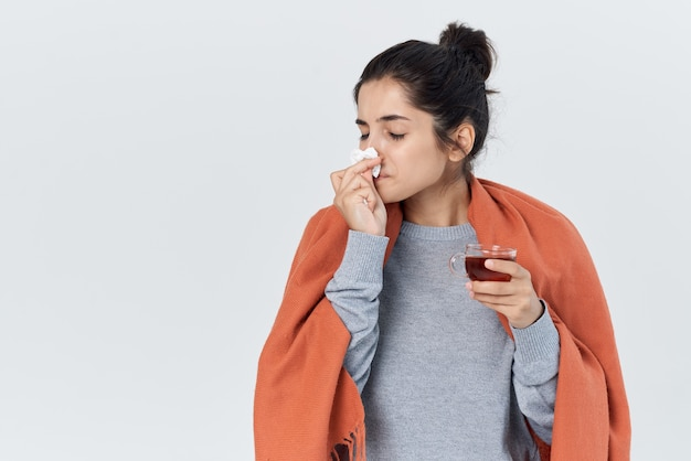 Frau mit kalten gesundheitsproblemen tasse tee in der handbehandlung
