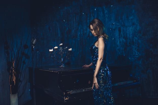 Frau mit klavier
