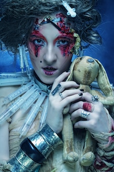 Frau mit kleinem kaninchen.