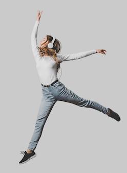 Frau mit kopfhörern, die in die luft springen
