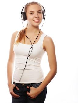 Frau mit kopfhörern, die musik hören.