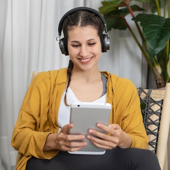 Frau mit kopfhörern, die musik hören
