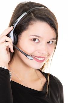 Frau mit kopfhörern lokalisierte call-center-unterstützung des weißen hintergrundes