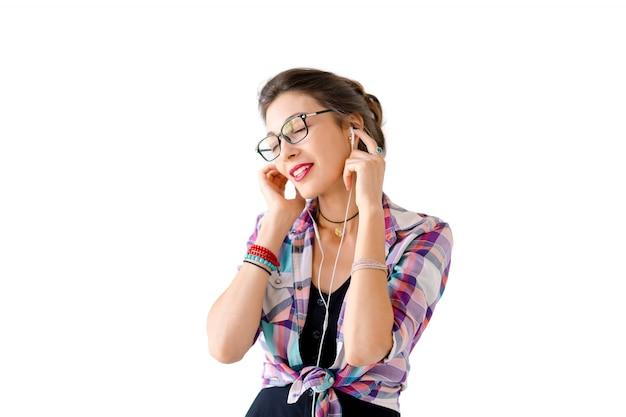 Frau mit kopfhörern musik hören