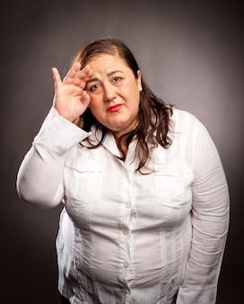 Frau mit kopfschmerzen hält den kopf