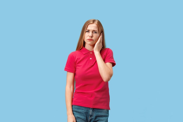 Frau mit kopfschmerzen. über blau isoliert.