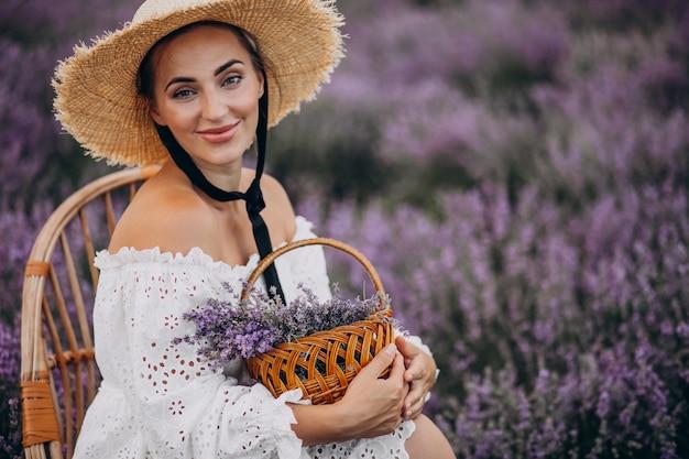Frau mit korb, der lavendel sammelt