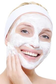 Frau mit kosmetischem peeling