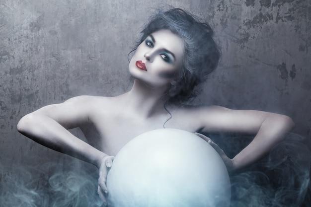 Frau mit kreativem make-up und körperkunst