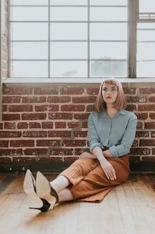 Frau mit kurzen braunen haaren in einem jeanshemd
