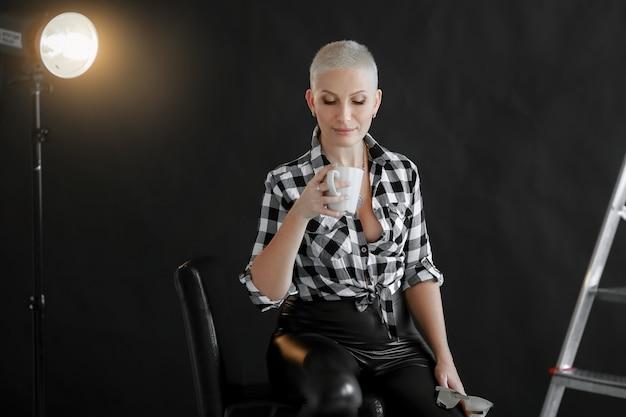 Frau mit kurzen haaren erwachsener auf einem monochrom