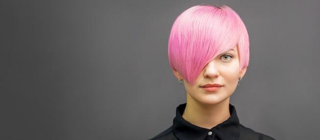 Frau mit kurzen hellrosa haaren