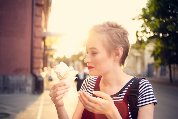 Frau mit kurzhaarigem eis auf der straße im sommer