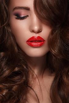 Frau mit langen glänzenden haaren