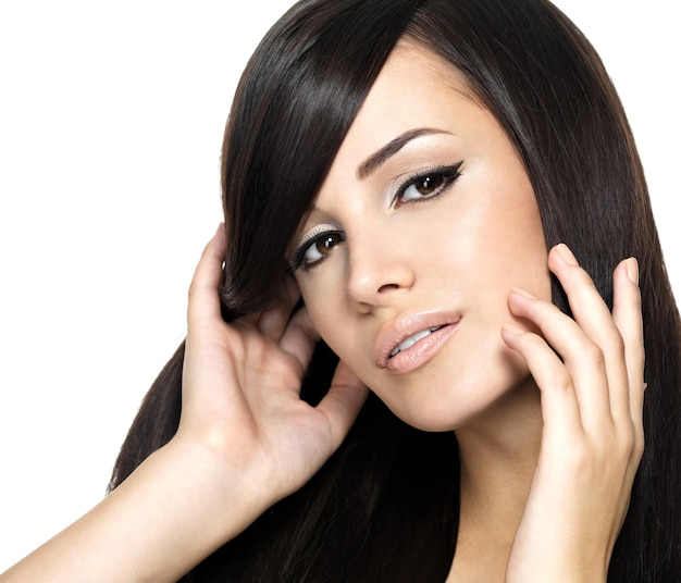 Frau mit langen glatten haaren der schönheit. hübsches junges mädchen mit schöner frisur.