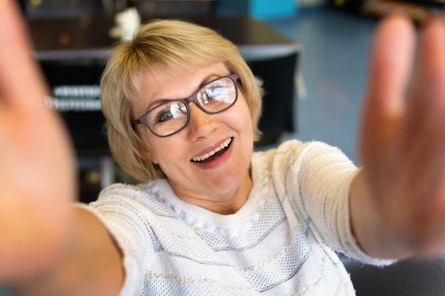 Frau mit laptop arbeitet in einem café im büro, sie ist freiberuflerin