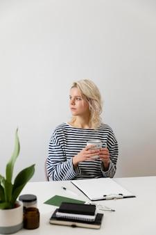 Frau mit laptop, der von zu hause aus arbeitet