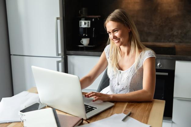 Frau mit laptop, der zu hause büro arbeitet. online lernen