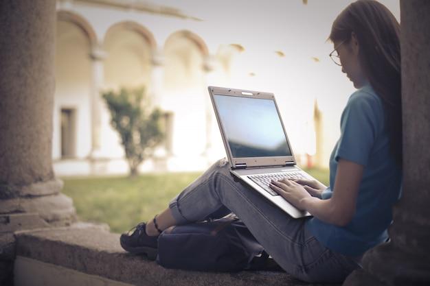 Frau mit laptop in einer schule