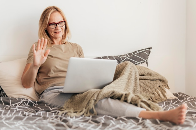 Frau mit laptop in quarantäne