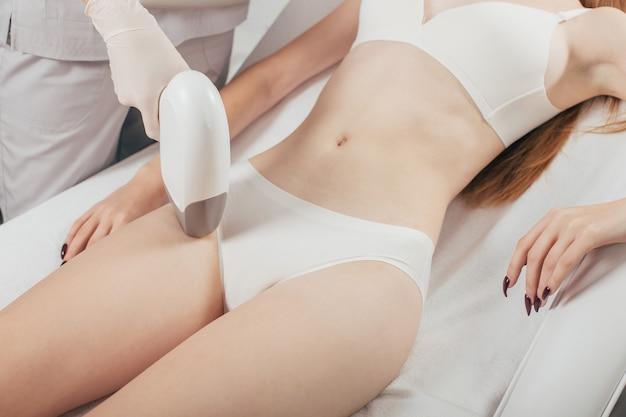 Frau mit laser-haarentfernungs-epilation