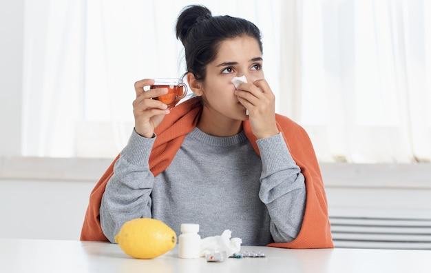 Frau mit laufenden nasengesundheitsproblemen