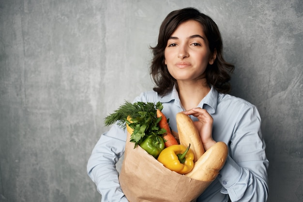 Frau mit lebensmittelbeutel gesunde ernährung gemüse supermarkt