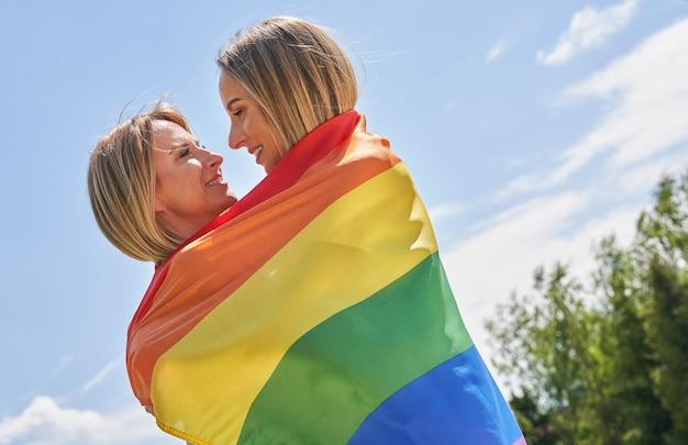 Frau mit lgbt-flagge im freien. foto in hoher qualität