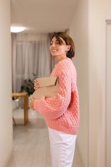 Frau mit liefernahrung