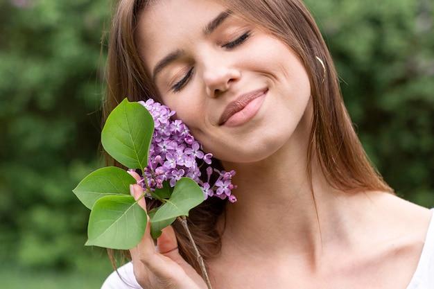 Frau mit lila zweig