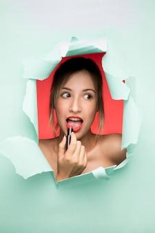 Frau mit lippenstiftporträt