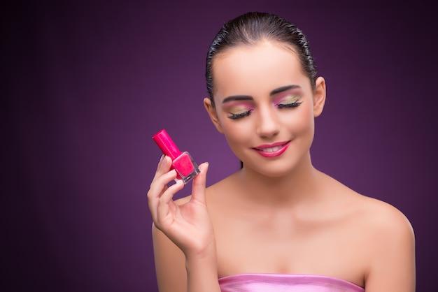 Frau mit lippenstiftrohr im schönheitskonzept