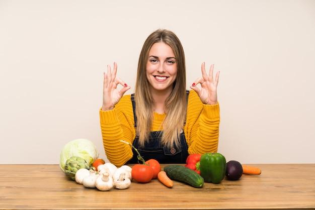 Frau mit lots gemüse ein okayzeichen mit den fingern zeigend