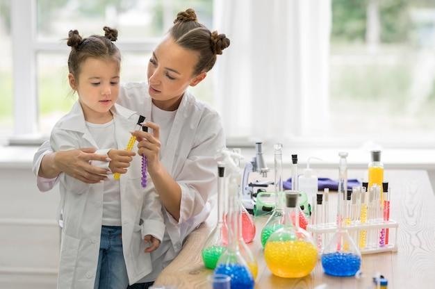 Frau mit mädchen im labor