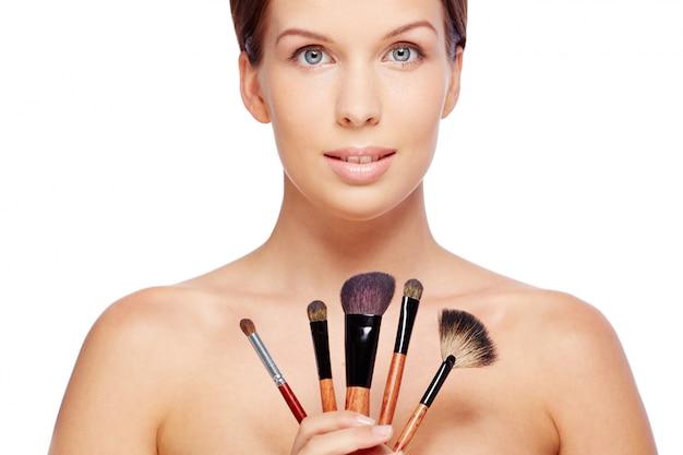 Frau mit make-up pinsel