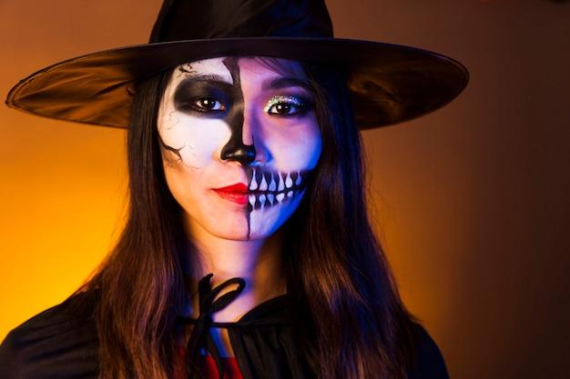 Frau mit make-up und gruselige maske