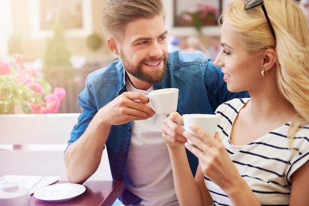 Frau mit mann, der kaffee zusammen trinkt