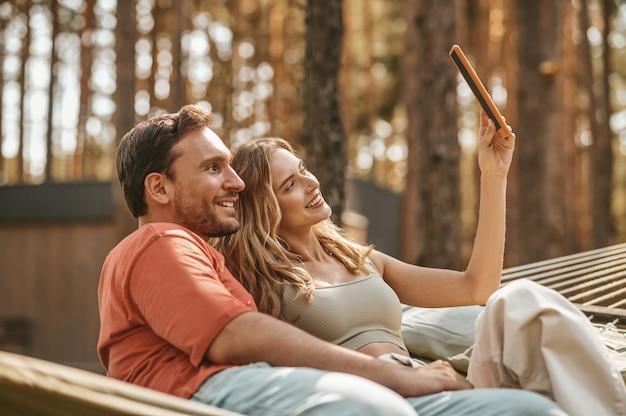 Frau mit mann macht selfie auf tablet