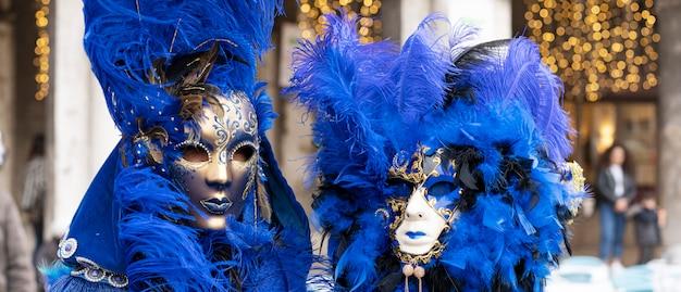 Frau mit maske im karneval von venedig