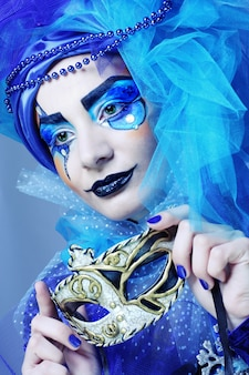 Frau mit maske im kreativen theaterbild.