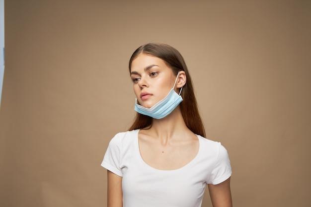 Frau mit medizinischer maske auf ihrem gesicht weißes t-shirt gesundheitsmodell