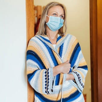 Frau mit medizinischer maske in quarantäne
