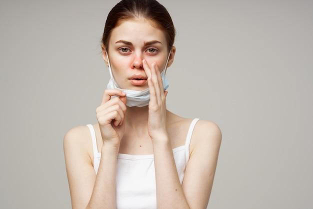 Frau mit medizinischer maske laufende nase infektion erkältung gesundheitsprobleme