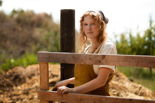 Frau mit mittlerem schuss auf der farm